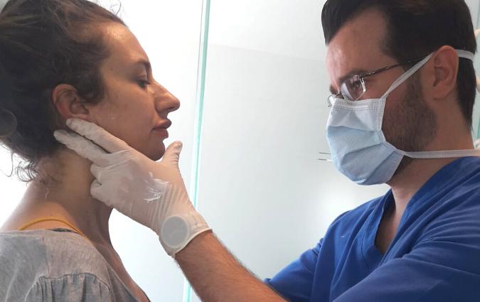 chirurgo plastico visita la paziente prima di iniettare il botulino