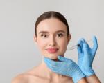 chirurgo plastico esegue la biorivitalizzazione