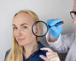 Chirurgo visita per un intervento di otoplastica